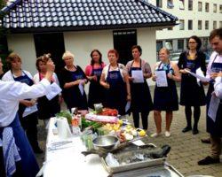 Kokken forklarer på matkurs hos Martha Mettlig