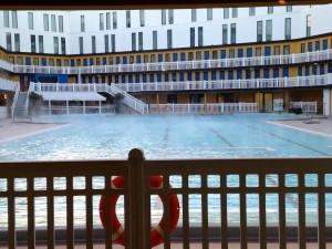 Hôtel Molitor utendørsbasseng, 28 C i vannet, minus 4C i luften